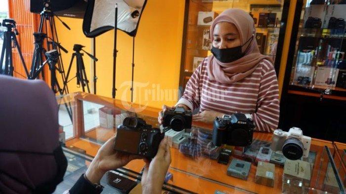 FOTO; Pixel City Buka Cabang di Perintis Kemerdekaan - karyawan-memilih-kamera-yang-dipilih-pelanggan-di-toko-pixel-city-3.jpg