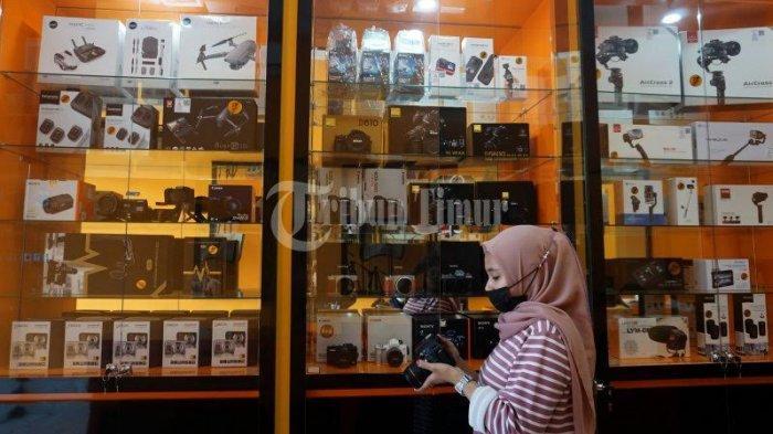 FOTO; Pixel City Buka Cabang di Perintis Kemerdekaan - karyawan-memilih-kamera-yang-dipilih-pelanggan-di-toko-pixel-city-5.jpg