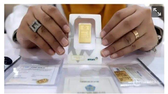 Karyawan menunjukkan emas logam mulia di kantor Pegadaian Cabang Senen, Jakarta Pusat /