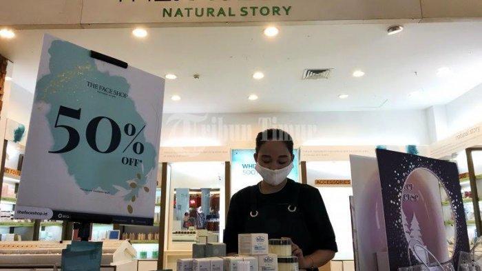 FOTO; Banyak Promo Diskon di Tenan The Face Shop TSM Makassar - karyawan-tenan-merapikan-produk-skincare-di-tenant-the-face-shop-tsm-makassar-1.jpg