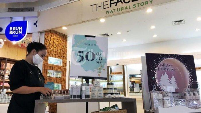 FOTO; Banyak Promo Diskon di Tenan The Face Shop TSM Makassar - karyawan-tenan-merapikan-produk-skincare-di-tenant-the-face-shop-tsm-makassar-2.jpg