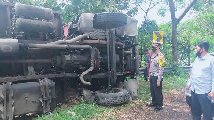 Ini Penyebab Truk Kontainer Terbalik di Batuboddong Sinjai