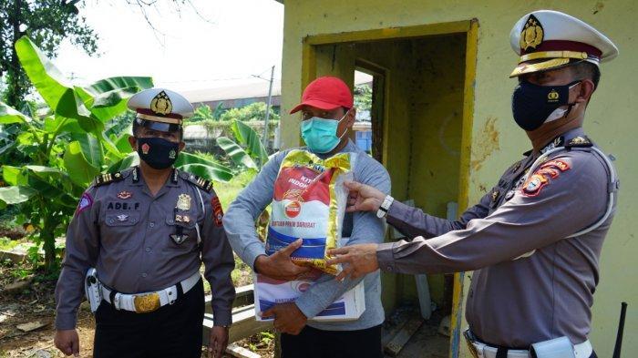 Aksi Sosial Ditlantas Polda Sulsel: Perwira Polri ini Bagi Sembako ke Penggali Makam Covid Macanda