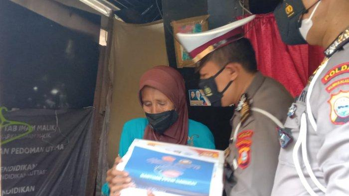 Salurkan Sembako untuk Warga Makassar Terdampak Covid, Kasi Fasmat Polda Sulsel juga Edukasi Prokes