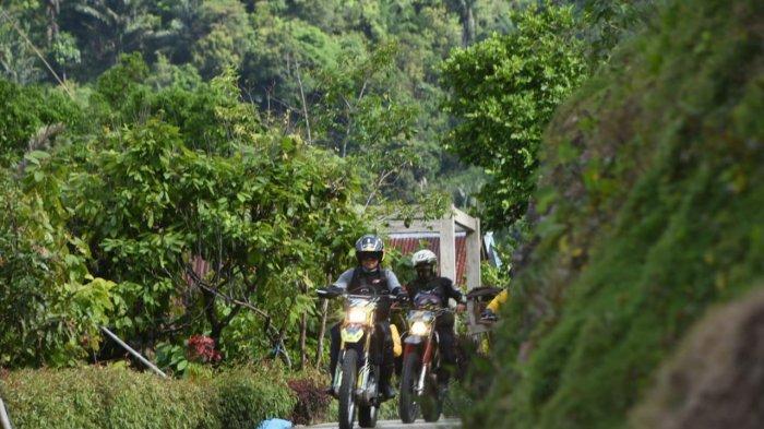 Kaswadi Razak dan putranya Muh Fariq naik motor trail ke Umpungeng, Senin (5/10/2020).