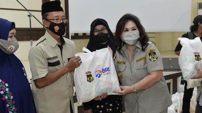 Foto-foto Ketua Umum KBPP Polri Evita Nursanty Serahkan 1.000 Paket Sembako di Sulsel - kbpp-polri-ketum-1-1102021.jpg