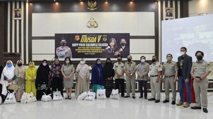 Foto-foto Ketua Umum KBPP Polri Evita Nursanty Serahkan 1.000 Paket Sembako di Sulsel - kbpp-polri-ketum-4-1102021.jpg