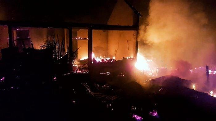 BREAKING NEWS; Jago Merah Mengamuk di Pasar Baru Sangalla' Tana Toraja, Tangan Karangan Terbakar