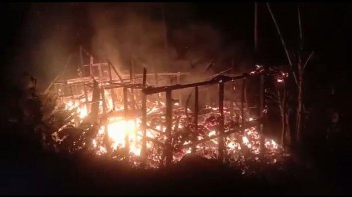 Satu Rumah Panggung di Desa Maindo Luwu Hangus Terbakar