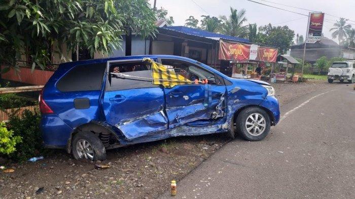 Mobil yang tabrakan poros Bone-Makassar di Desa Tungke, Kecamatan Bengo, Kabupaten Bone, Sulawesi Selatan (Sulsel), tepatnya di Tugu Kecamatan Bengo, Sabtu (6/2/2021)