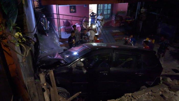 Avanza Seruduk Rumah Warga Jl Ratulangi Bantaeng