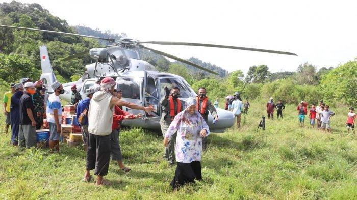 Sejumlah warga menyaksikan kedatangan helikopter yang membawa sembako di perbatasan Desa Ulumanda dan Desa Pompenga kecamatan Ulumanda, Kabupaten Majene, Sulbar, Jumat (2212021). Kedatangan Helikopter Anti Kapal Selam ( AKS) AS565 MBe Panther milik TNI AL ini menjadi tontonan unik bagi warga tersebut. Diketahui Desa Ulumanda dan Desa Pompenga merupakan desa yang terisolasi akibat longsor saat terjadi bencana gempa di Majene. TRIBUN TIMURSANOVRA JR