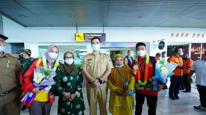 Boyong Medali Emas di PON, Bupati Yusran Lalogau Jemput 2 Atlet Pangkep di Bandara Sultan Hasanuddin