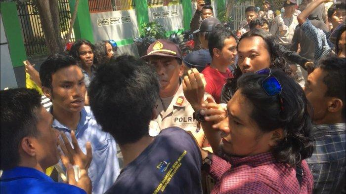 Breaking News - Demo Hari Anti Korupsi, Aktivis HMI dan PMII Bentrok di Kantor Kejari Bulukumba