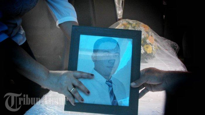 FOTO: Jenazah Ricko Damianus Mahulette Dimakamkan di Pemakaman Kristen Panaikang - keluarga-memeluk-bingkai-foto-dan-peti-jenazah-ricko-damianus-mahulette-2.jpg