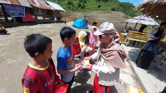 Pembagian buku kepada anak-anak pada kegiatan Kemah Literasi oleh FTIK IAIN Palopo, di Desa Rinding Allo, Kecamatan Rongkong, Kabupaten Luwu Utara.