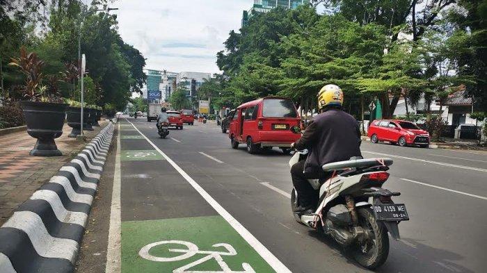 Viral Video Sama-sama Emosi Sopir Truk vs Pesepeda di Jalan, Siapa Sebenarnya yang Salah?
