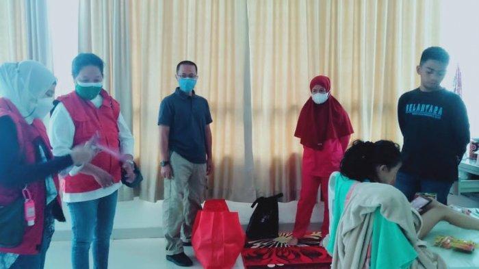 Kepala Balai Toddopuli Makassar mengunjungi anak korban kekerasan anak di Gowa, di rumah sakit. Didampingi oleh Ridwan, Sakti Peksos Kabupaten Gowa.