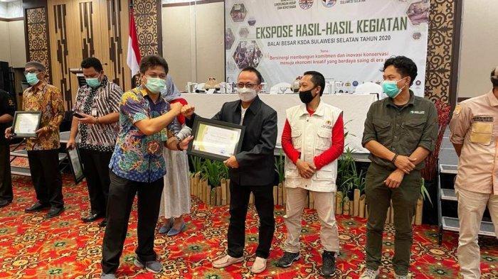 Turut Berperan dalam Konservasi SDA Sulsel, Dr Mauli Kasmi Dapat Penghargaan dari BBKSDA Sulsel