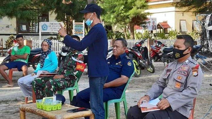 Kepala CDK Pangkep Moh Maja pada sosialisasi di Pulau Sapuka, Kelurahan Sapuka, Liukang Tangayya, Kabupaten Pangkep, Sabtu (31/10/2020).