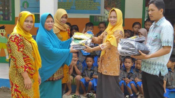 Kades Pitusunggu Pangkep Bagi-Bagi Baju Toga untuk Anak-anak PAUD