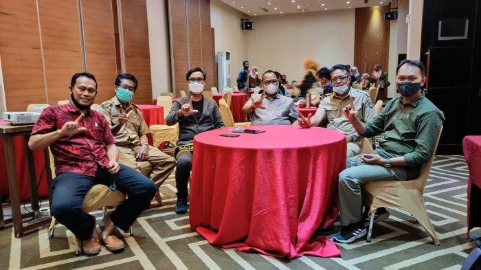 Kepala Dinas Perpustakaan dan Kearsipan Sulsel Moh Hasan Sijaya menetapkan Upi Asmaradhana sebagai Duta Literasi Digital Sulawesi Selatan di Hotel Continent Centerpoint, Jl Adyaksa, Makassar, Selasa (4/5/2021) .