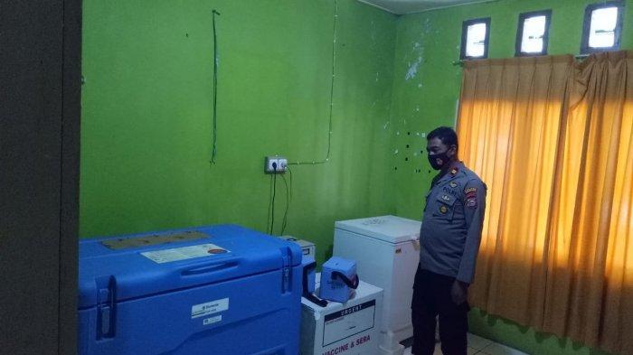 Kapolsek Anggeraja Polres Enrekang Cek Tempat Penyimpanan Vaksin Covid-19 di Puskesmas