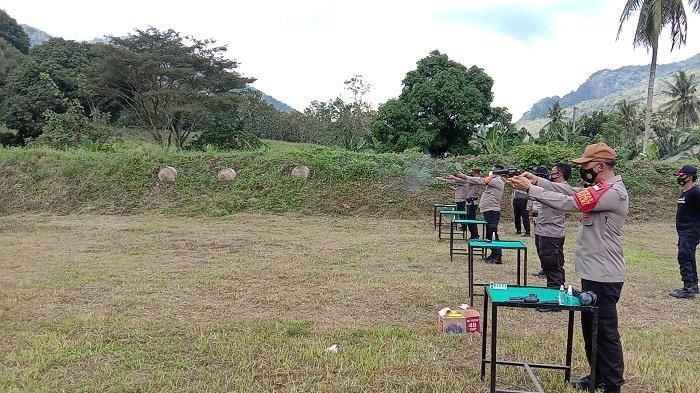Tingkatkan Kemampuan Personel, Polres Enrekang Gelar Latihan Menembak