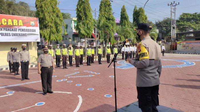 AKBP Andi Sinjaya Pimpin Upacara Kenaikan Pangkat Pengabdian Personel Polres Enrekang