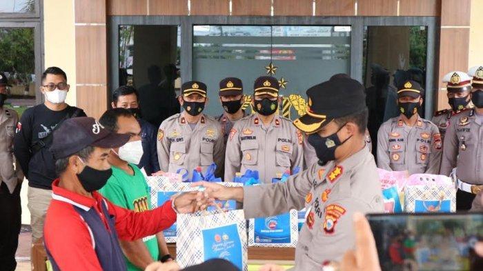 Personel Polres Pinrang Door to Door Bagi 100 Paket Sembako ke Warga Terdampak Covid-19