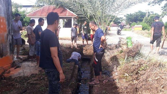 Warga Desa Ussu di Perumahan Batara Guru Bersihkan Lingkungan - kerja-bakti-desa-ussu.jpg