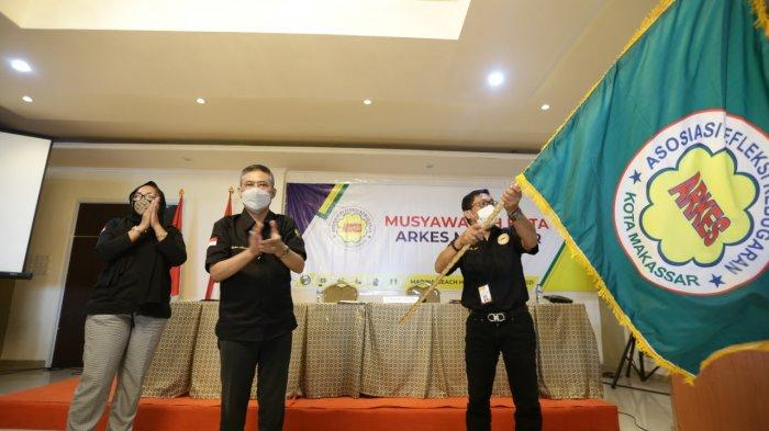 Ketua ARKES Makassar terpilih, Sri Syahril mengibarkan pataka pada Muskot di Ombak Cafe