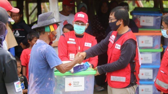Suaib Mansur Serahkan Bantuan Kepada Korban Banjir Bandang di Desa Wara