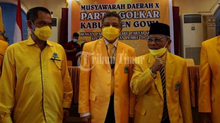 FOTO; Ambas Syam Aklamasi Pimpin Golkar Gowa - ketua-dpd-i-golkar-sulsel-taufan-pawe-memberikan-petaka-kepada-ambas-syam-2.jpg
