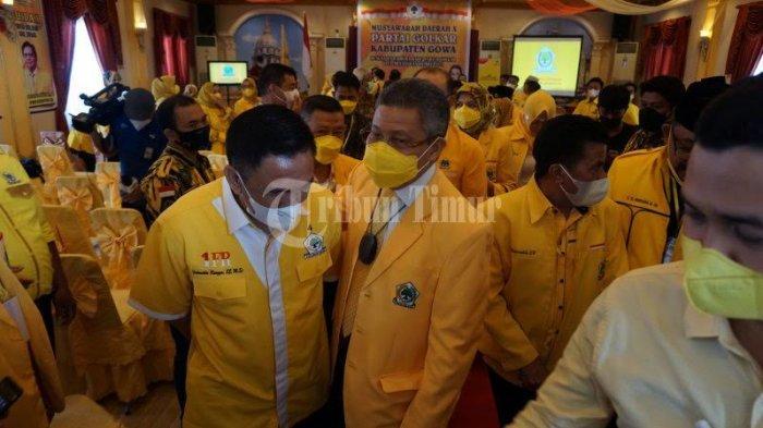 FOTO; Ambas Syam Aklamasi Pimpin Golkar Gowa - ketua-dpd-i-golkar-sulsel-taufan-pawe-memberikan-petaka-kepada-ambas-syam-3.jpg