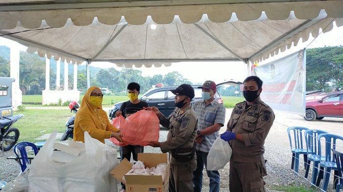 Ketua DPRD Palopo Kunjungi Posko Covid-19, Bagi Masker dan Makanan untuk Buka Puasa