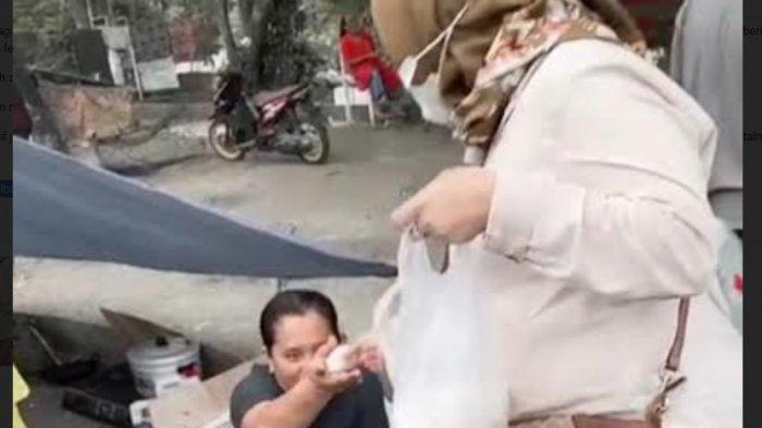 Ketua DPRD Sulbar Bagi-bagi Batu Tawas di Posko Pengungsian