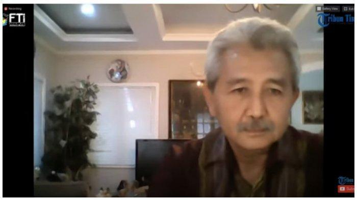 Ayah Wagub Jatim Emil Dardak/Mertua Artis Arumi Bachsin Terima Penghargaan dari FTI UMI