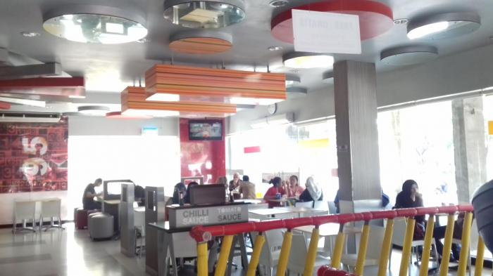 Viral Video Pegawai KFC Datangi Nenek Penjual Tikar, Netizen Kira Mau Diusir Ternyata Hal Mulia