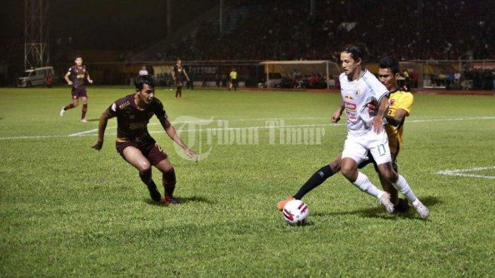 Kiper PSM Hilman Syah mengganggu striker PSS Sleman Irfan Bachdim saat laga kompetisi Liga 1 2020 bulan Maret 2020 di Stadion Mattoanging, Makassar.