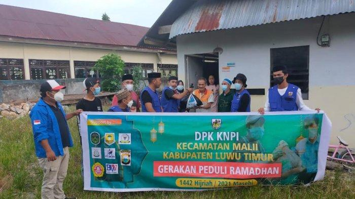 KNPI Malili Luwu Timur Berbagi Sembako ke Warga Kurang Mampu