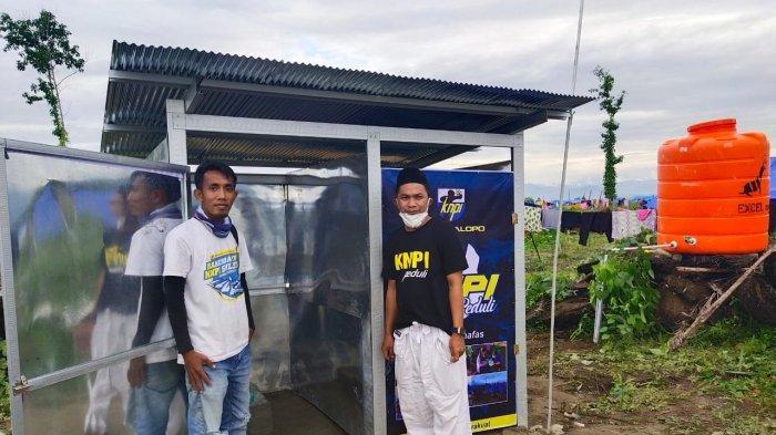 KNPI Palopo Buat WC Umum di Lokasi Pengungsian Luwu Utara