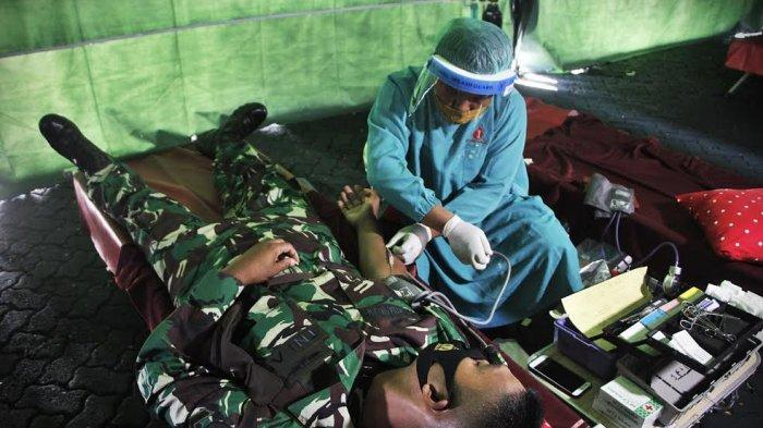 Kodam XIV Hasanuddin menggelar donor darah yang diikuti oleh ratusan Prajurit TNI, PNS, Polri dan Persatuan Purna Paskibra, di lapangan M Jusuf Makodam Jl Urip Sumoharjo Makassar, Selasa (22/9/20). Kegiatan ini dalam rangka menyambut Hari Ulang Tahun (HUT) ke 75 TNI pada 5 Oktober mendatang. tribun timur/muhammad abdiwan