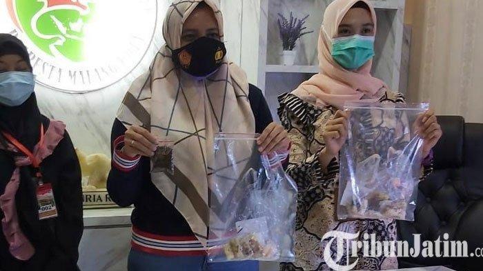 Kasat Resnarkoba Polresta Malang Kota, Kompol Anria Rosa Piliang (tengah) saat menunjukkan tembakau yang diselundupkan ke dalam lapas beserta pelakunya beberapa waktu lalu