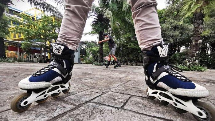 Komunitas Rock n Rollers Makassar berfoto bersama usai latihan bareng di pelataran Mal Ratu Indah Makassar, Selasa (1622021). Komunitas ini terdiri dari berbagai profesi penggemar sepatu roda di Makassar. tribun timurmuhammad abdiwan di pelataran Mal Ratu Indah Makassar, Selasa (1622021). Komunitas ini terdiri dari berbagai profesi penggemar sepatu roda di Makassar. tribun timurmuhammad abdiwan