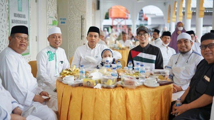 FOTO: Komunitas Subuh Keliling Ustad Das'ad di Masjid Nurul Ilmi Dijamu Rektor UNM Usai Salat