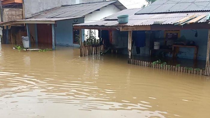Banjir di BTN Ampi Mamuju Setinggi Paha Orang Dewasa