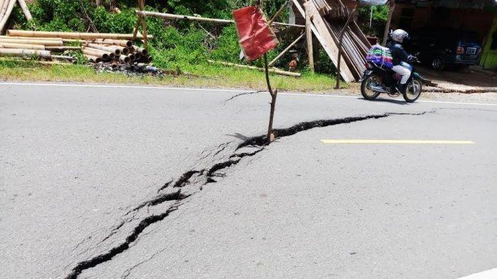 Hati-Hati, Jalan Poros Palopo-Toraja di Tondon Langi Retak dan Nyaris Amblas