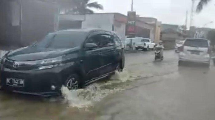 Kanal Tersumbat, Air Meluap Hingga ke Jalan Pababari Mamuju