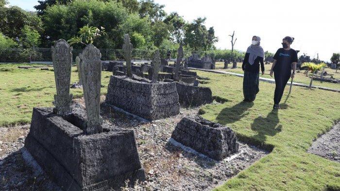 Kondisi Kompleks makam raja-raja dan hadat Banggae yang terekam menggunakan kamera Drone yang terletak di Bukit Ondongan menghadap keTeluk Majene, Sulbar, Sabtu (872021).  Kompleks makam Ondongan tersebut merupakan area pemakaman raja-raja Banggae pada akhir abad ke-17 hingga abad ke-20, dan ditetapkan sebagai cagar budaya pada 4 Oktober 1999 oleh Menteri Pendidikan dan Kebudayaan saat itu, Juwono Sudarsono.  Dari hasil kajian Balai Pelestari Cagar Budaya Makassar, ada total 471 makam yang semuanya merupakan raja-raja Banggae dan keluarganya.  Sebagian masih utuh, ada yang rusak dan tinggal pondasi makam.  Sedangkan makam ada yang dibuat dari batu padas dan batu karang dengan ragam hias berupa kaligrafi, geometris, dan swastika.  Diketahui Kerajaan Banggae merupakan salah satu kerajaan Mandar yang tergabung dalam persekutuan Pitu Baqbana Binanga yang berarti tujuh kerajaan yang terletak di muara Sungai Saddang atau dekat pesisir pantai. TRIBUN TIMURSANOVRA JR